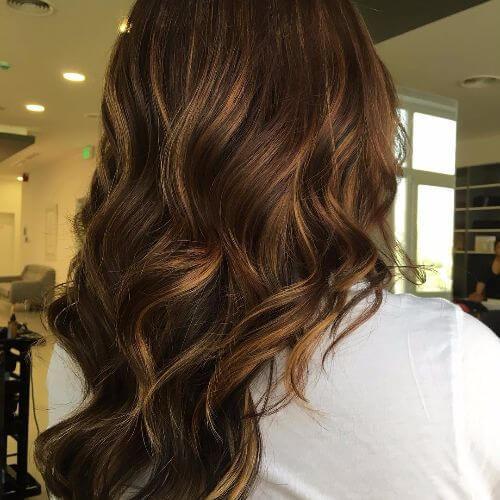 reflejos caramelo balayage en cabello largo castaño oscuro