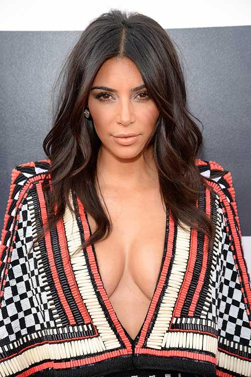 Kim Kardashian peinados oscuros