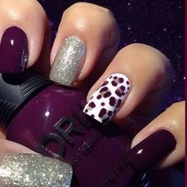 Arte de uñas morado oscuro y plateado con diseño de estampados de guepardo.