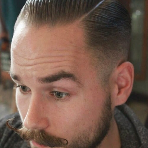 Rockabilly peinado con bigote