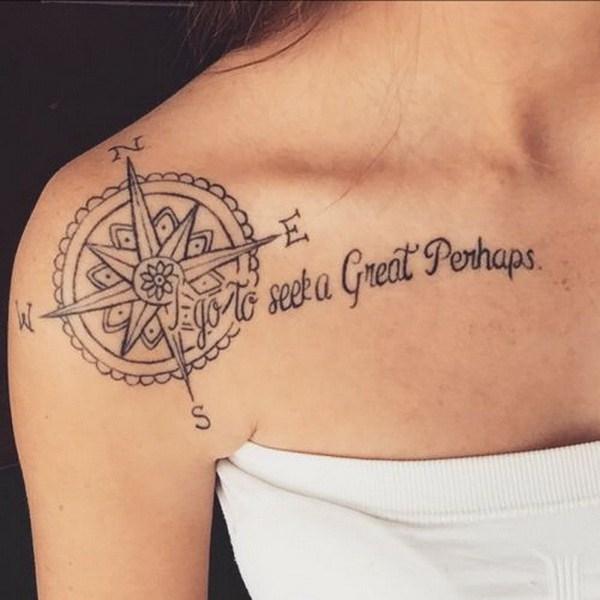 Tatuaje del hombro del compás con una cita.