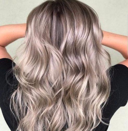 color de cabello gris y beige balayage