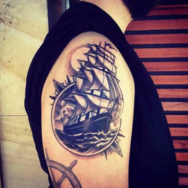 Diseños de tatuajes para hombres en bañador y luna.
