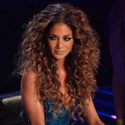 Nicole Scherzinger peinados rizados largos