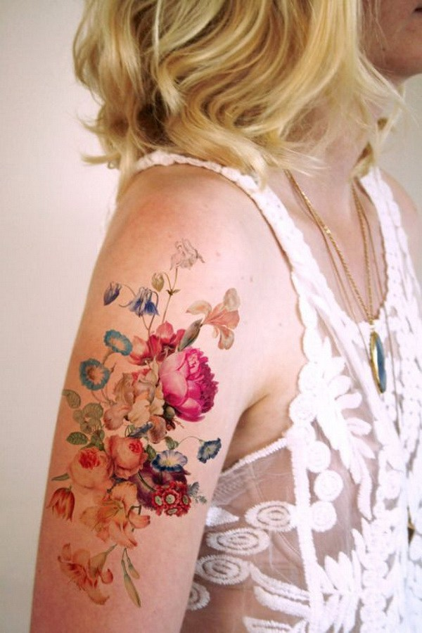 Hombro floral colorido del tatuaje.