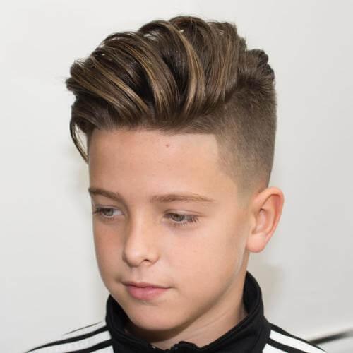 Peinados de lado sacudido para chicos adolescentes