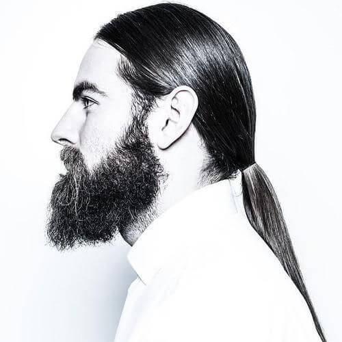 Peinados casuales de negocios para hombres con cabello muy largo