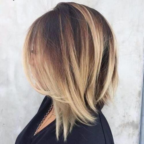 corte de pelo bob marrón oscuro en ángulo