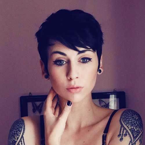mujer joven hombro tattooos duende corte