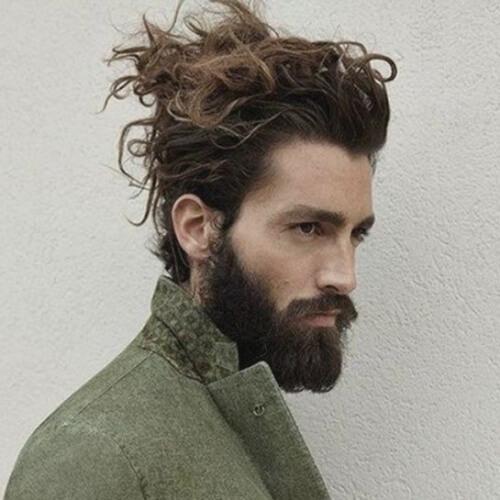Peinados Updo para hombres con cabello largo ondulado