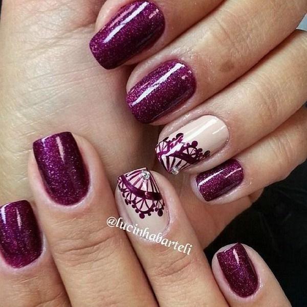 Clavos de color púrpura oscuro con detalles de encaje.