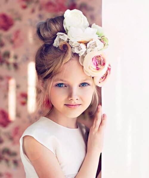 grandes flores artísticas pequeños peinados de niña