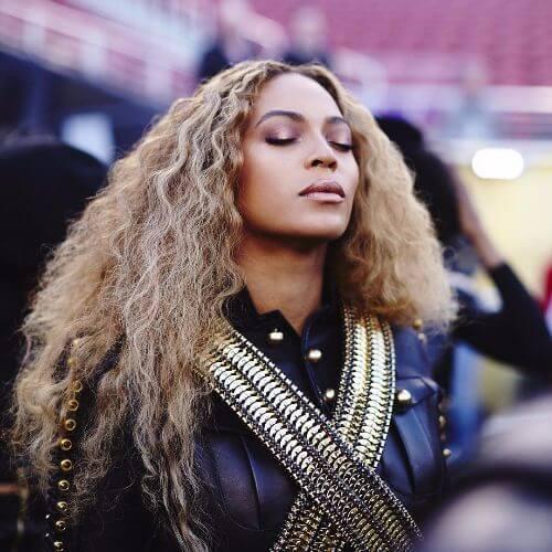 Beyoncé largos rizos rubios