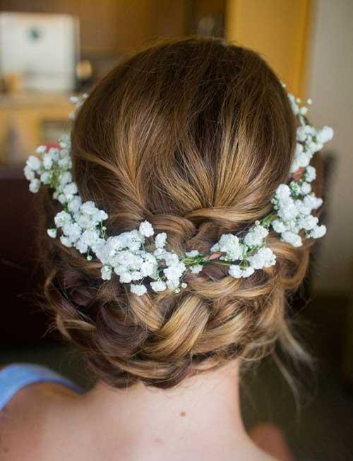 Bonito trenzado Updo con diadema de flores
