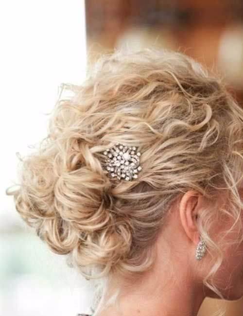 peinados para adornos cortos de pelo rizado