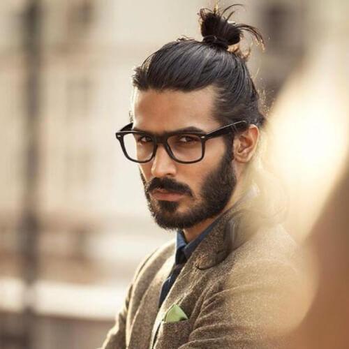 Hipster hombre moño peinado