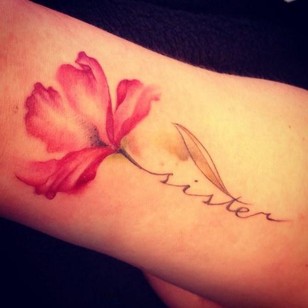 Un pedazo de flor roja en el brazo.
