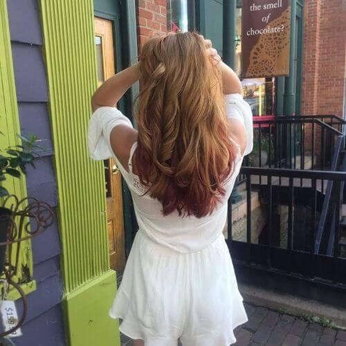 reflejos rojos sutiles en el cabello rubio
