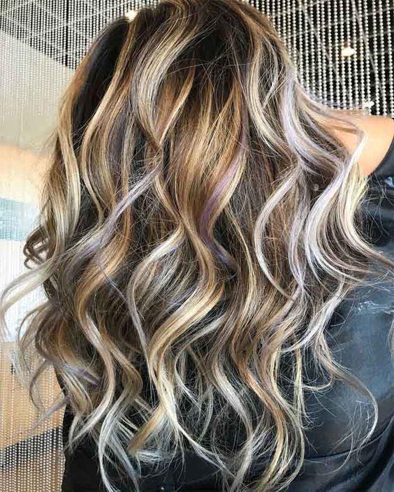 ondas perfectas cabello castaño con reflejos rubios
