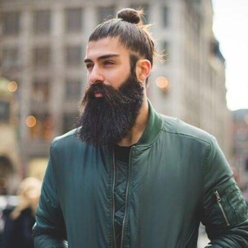 Bollo hombre con barba gruesa