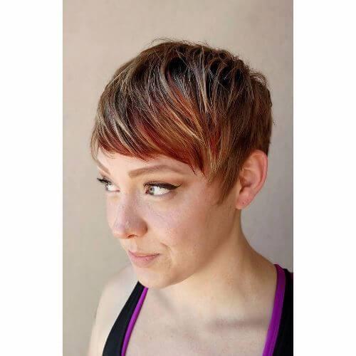 peinado pixie con reflejos rojos, rubios y caramelo