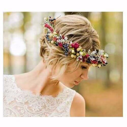 banda de flores en el pelo corto