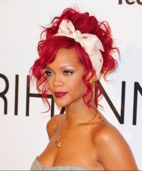 Rihanna rizado pin up peinados