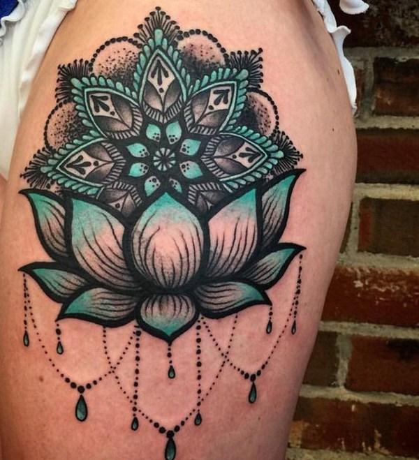 Diseño de tatuaje de manga de loto azul y negro.