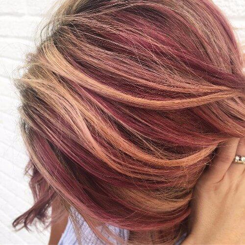 Balayage rojo en el pelo rubio