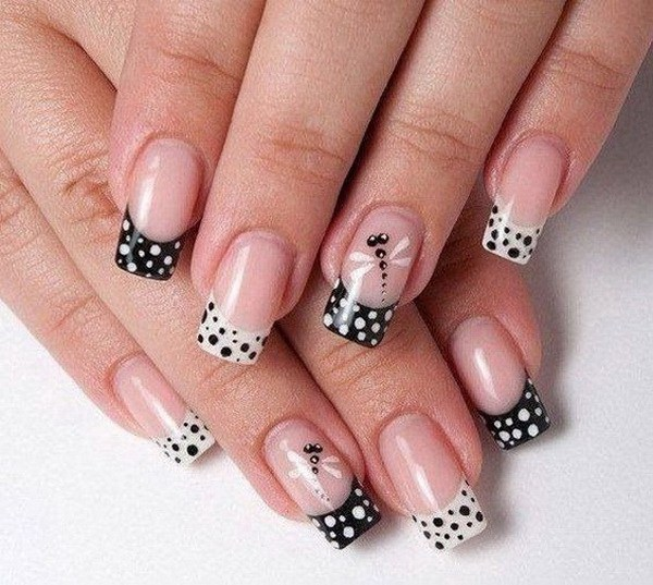 Uñas francesas con lunares blancos y negros y libélula.