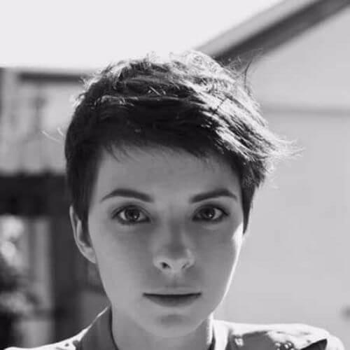 foto en blanco y negro del corte pixie mujer