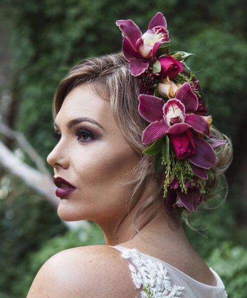 peinados de boda de orquídeas violetas para cabello largo