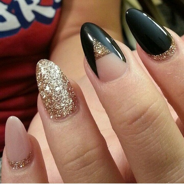 Nude, Black y Gold Glitter Almond Nails.