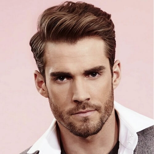 Peinados limpios y cortos para hombres con cabello ondulado