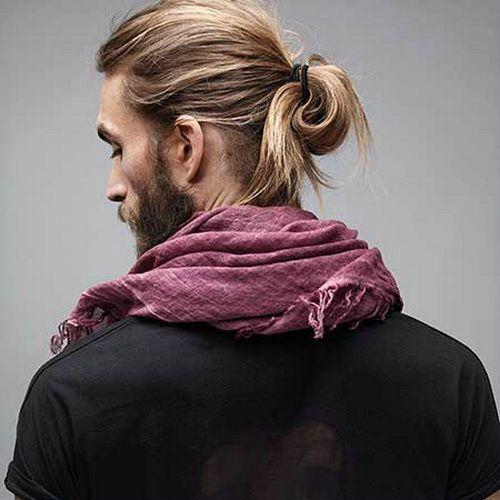 peinados largos de cola de caballo rubio para hombres