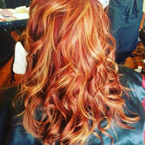 pelo ondulado balayage marrón rojo