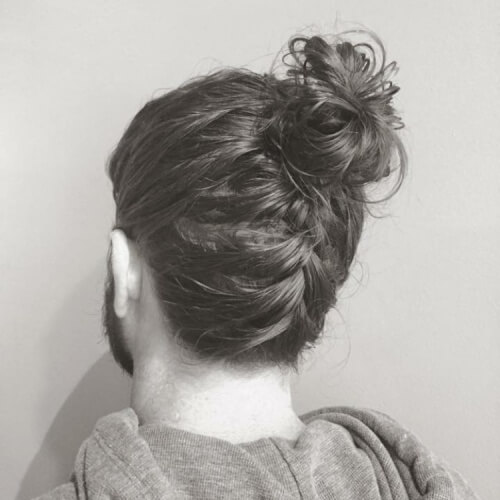 Peinado de bollo de hombre de trenza inversa