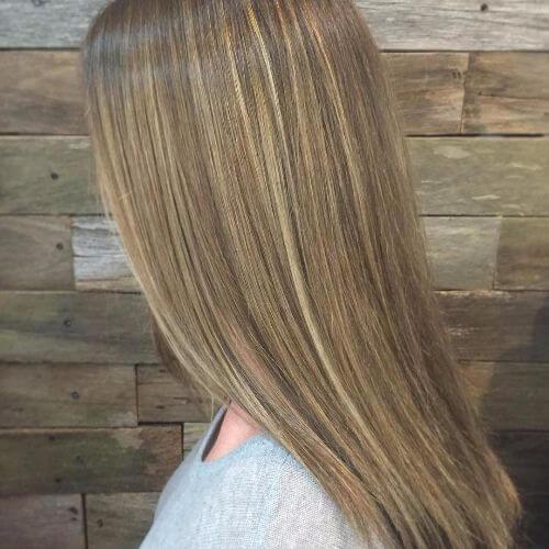 cabello rubio oscuro con caramelo balayage