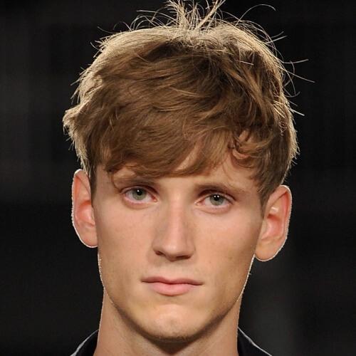 Shaggy Hairstyles para hombres con capas cortas