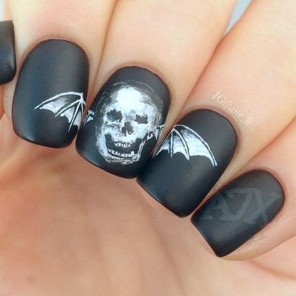 Matte Black Halloween Nails con cráneo. Ideas de arte de uñas de Halloween.