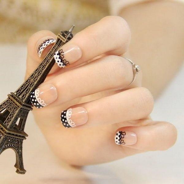 Moda encaje negro y blanco uñas.