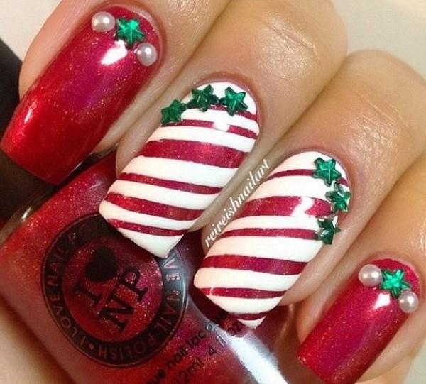 Tiras de uñas de Navidad con pequeñas estrellas verdes.