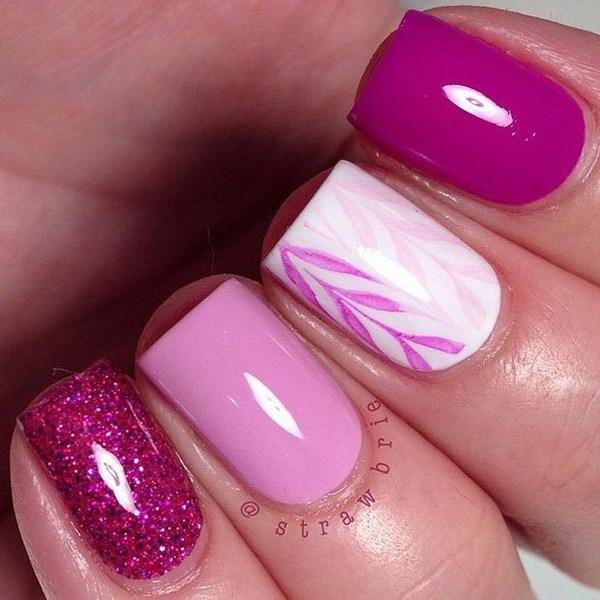 Diseño simple de uñas rosa y blanco para uñas cortas.