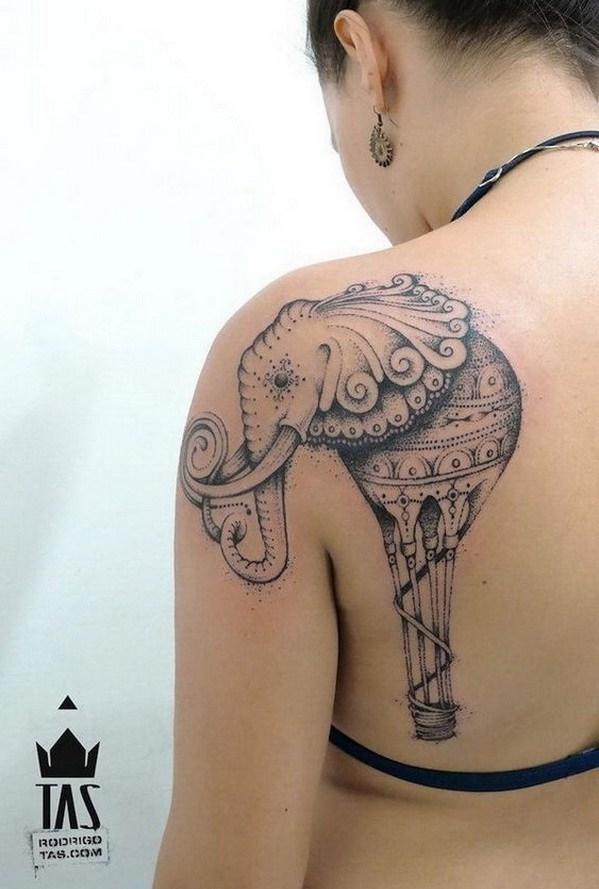 Tatuaje de elefante en el hombro trasero.