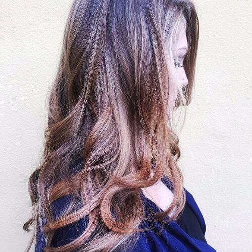 cabello largo y oscuro con reflejos de caramelo rojo