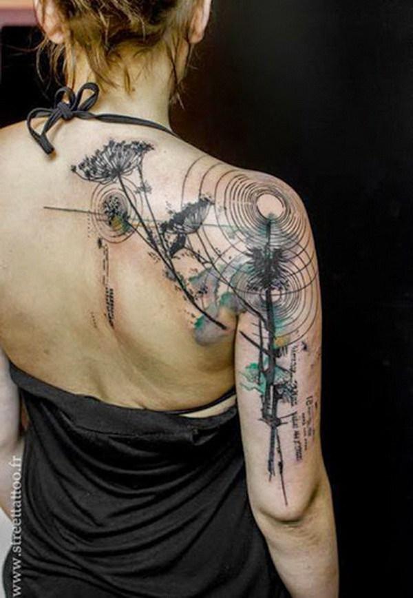 Tatuaje de estilo acuarela en hombro.