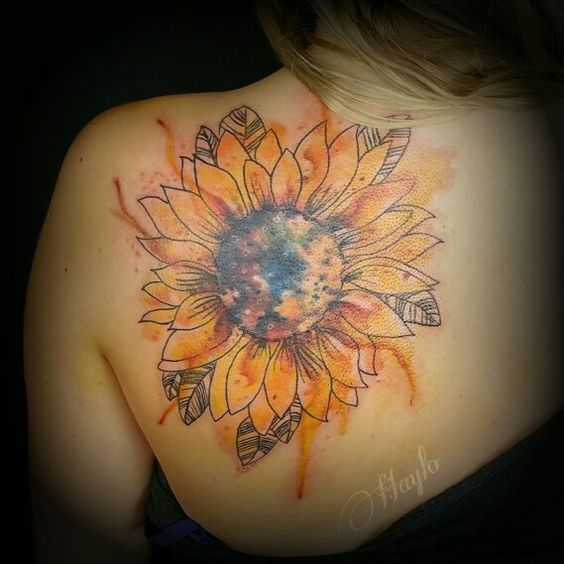 Tatuaje estilo acuarela del hombro del girasol.