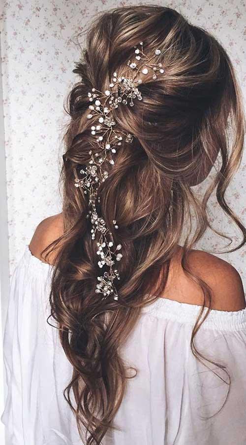Mejores peinados de baile para el cabello largo con pequeñas flores