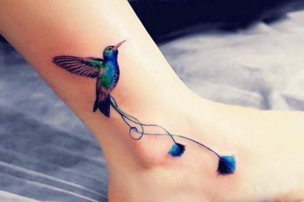 Tatuaje de tobillo colibrí.