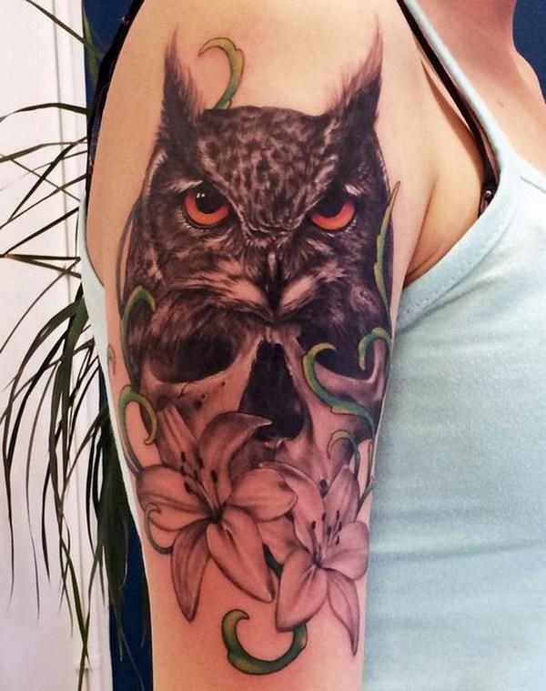 Tatuaje negro y gris del búho y de la flor.  Más a través de https://forcreativejuice.com/attractive-owl-tattoo-ideas/